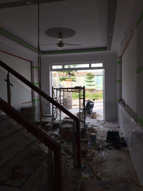 Cầu thang liền kề phòng khách