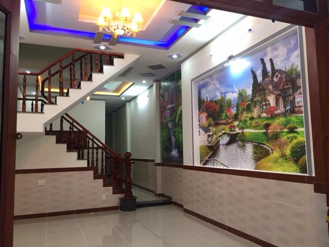 Nhà có tường trang trí tranh phong thủy