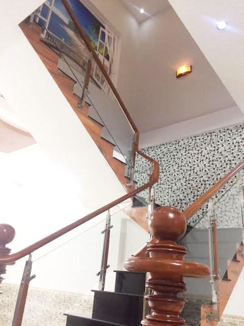 Tay vịn cầu thang làm bằng gỗ