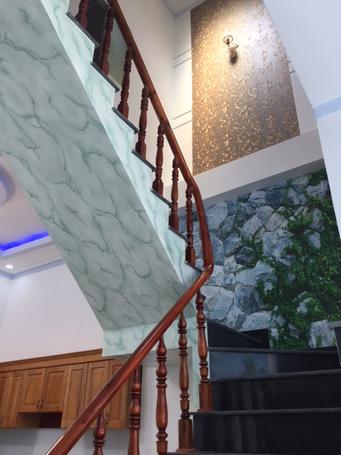 Tay vịn cầu thang được làm bằng gỗ